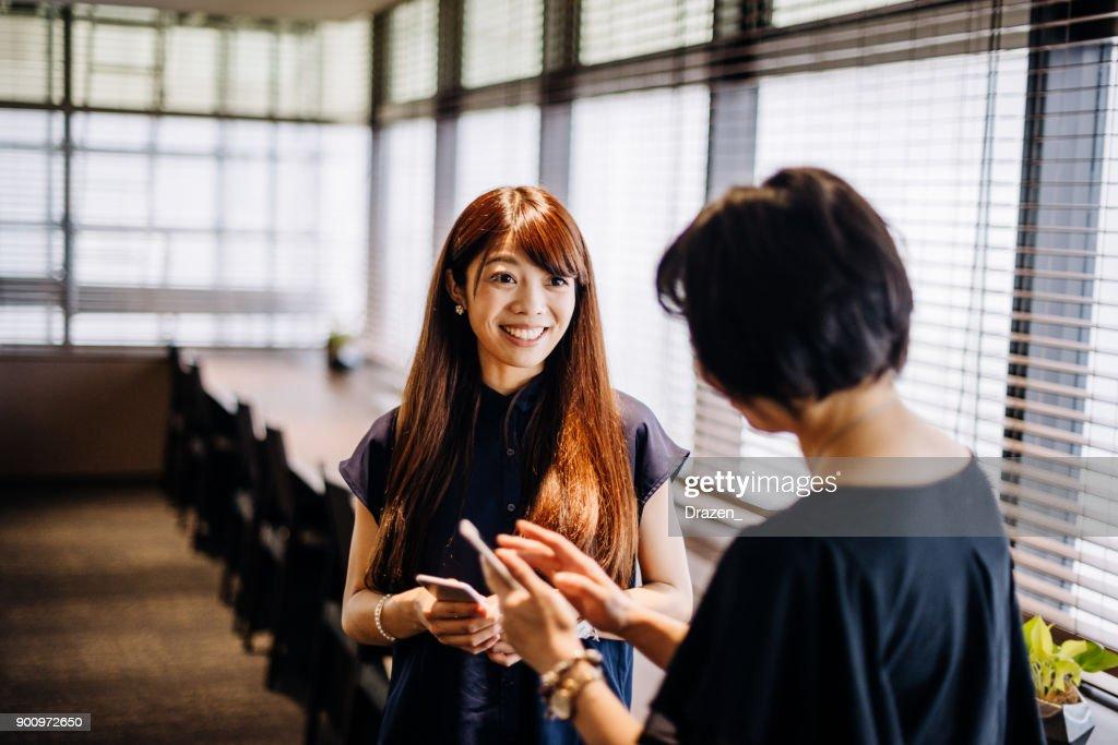 新しい日本企業におけるチームワークと業務提携 : ストックフォト