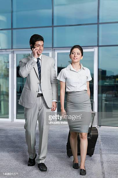 business couple at an airport lounge - delhi stock pictures, royalty-free photos & images