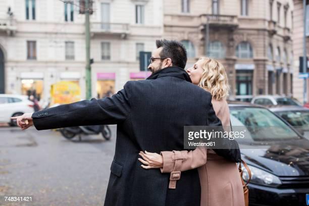 business couple embracing in the city - heterosexuelles paar stock-fotos und bilder