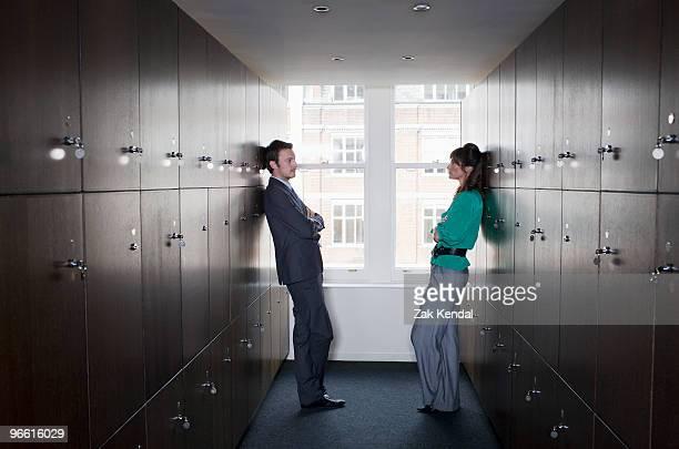 business couple in locker room - confrontatie stockfoto's en -beelden