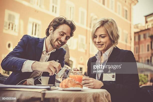 Pareja de negocios con el desayuno en Roma