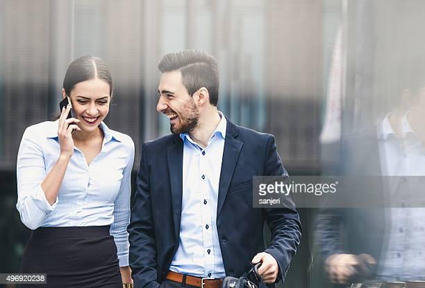 Business-Paar im Freien meeting
