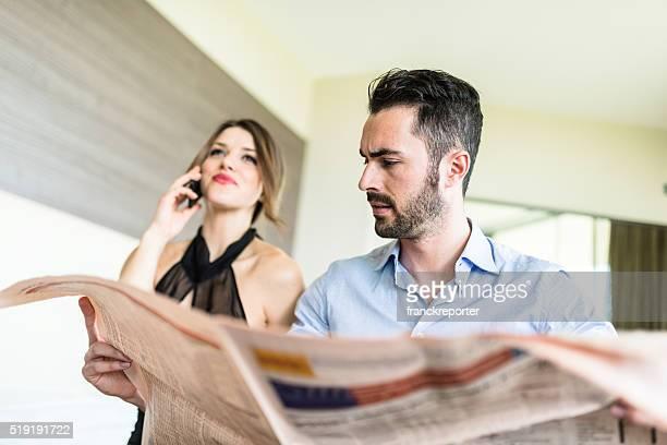 business-Paar lesen Zeitung auf Schlafzimmer