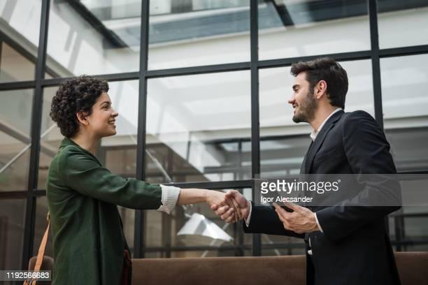 pares de negócio que agitam as mãos - advogado - fotografias e filmes do acervo