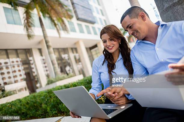 Business-Paar, Arbeiten im Freien
