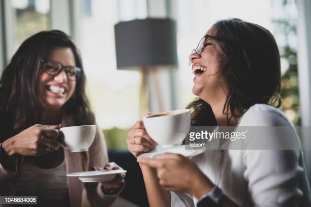 business partner hebben koffiepauze. - zus stockfoto's en -beelden