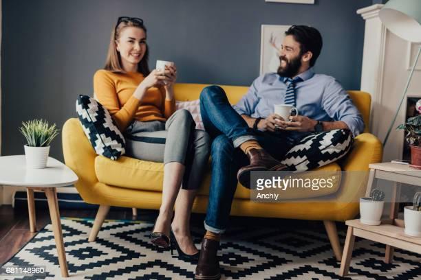 Unternehmen Mitarbeiter auf gelben Sofa im Büro sitzen Pausenraum