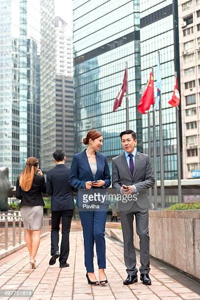 Business-Kollegen mit Mobile Geräte, Hong Kong,