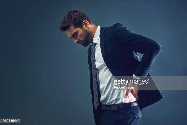 ビジネス ・ ニーズが彼の健康の通行料を取っています。 - 背痛 ストックフォトと画像