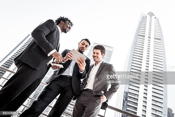 Discussion d'affaires avec tablette numérique en dehors de leur bureau