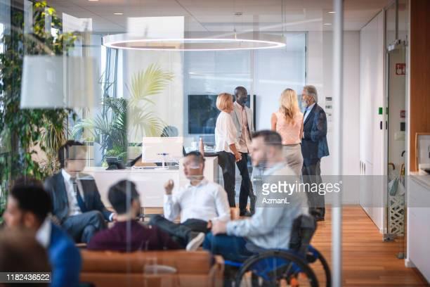企業セミナー前の企業起業家の社交 - 中距離 ストックフォトと画像