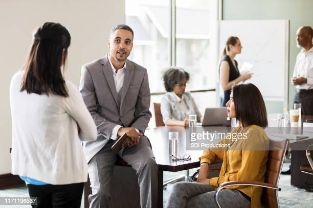ビジネスエグゼクティブは、同僚の懸念に対処します - 運営委員会 ストックフォトと画像