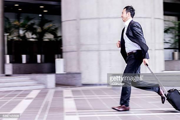 ビジネスエグゼクティブのランニングに彼の次回のミーティングをご開催ください。 - 忙しい ストックフォトと画像
