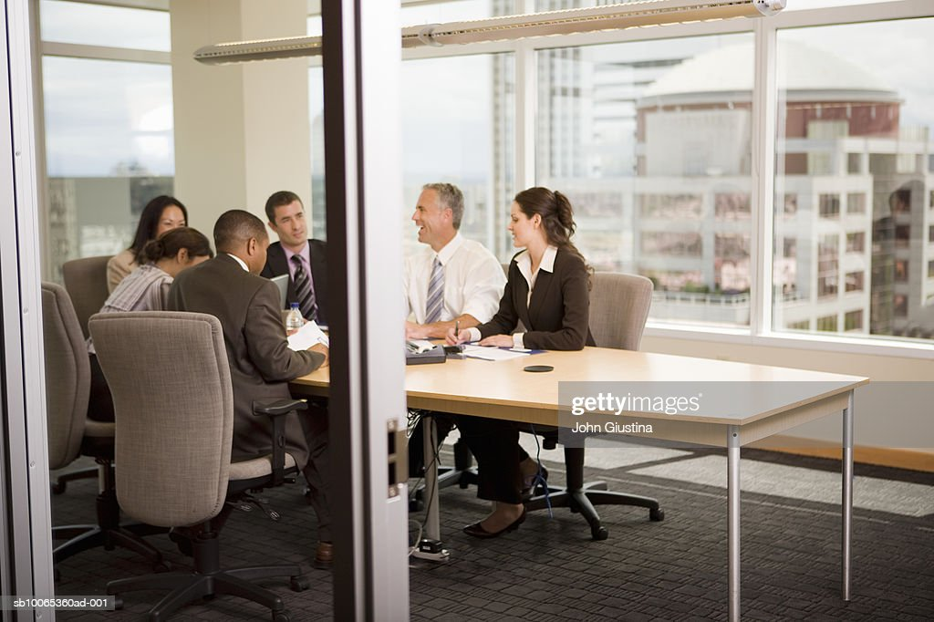 Business executives discussing at conference table : Foto stock