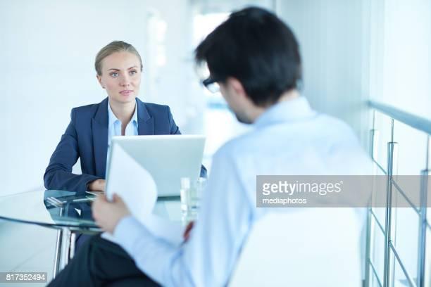 Unternehmensleiter diskutieren Vertrag