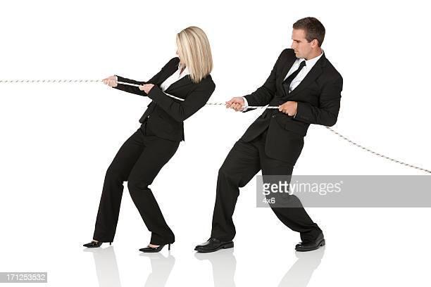Dirigenti d'affari tirando una corda