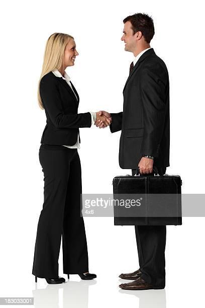 Los ejecutivos de negocios estrechándose las manos