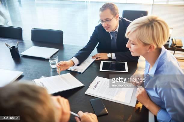 Bedrijfsleiders contract samen bekijken
