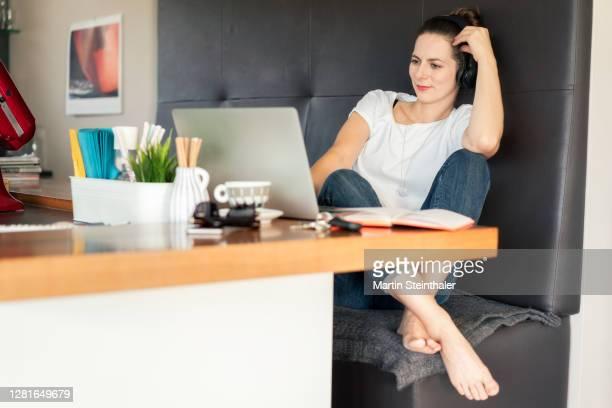 business frau im homeoffice mit laptop beim online meeting - frau fotografías e imágenes de stock