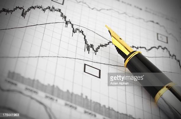 Gráfico de negocios y pluma estilográfica