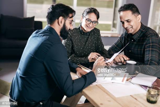Unternehmensgruppe rund um den Tisch
