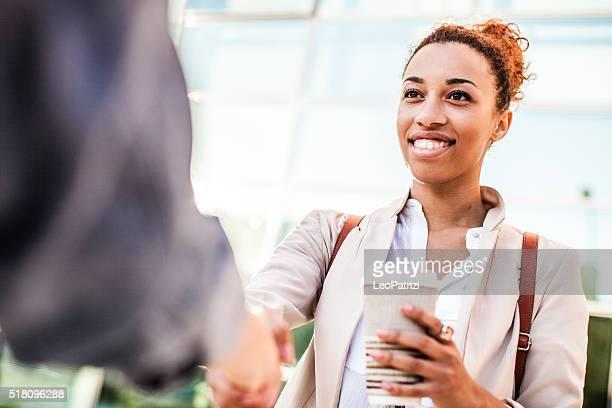 ビジネスシーンでの握手などのオフィス