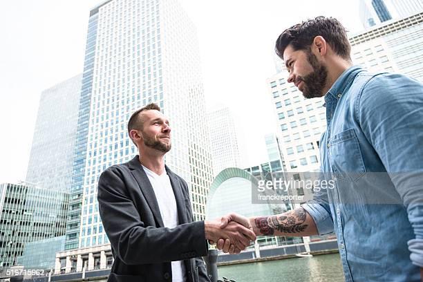 Business handshake über das Finanzviertel