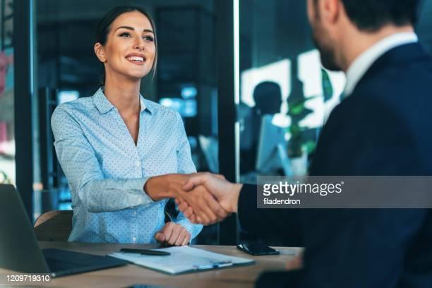 ビジネスハンドシェイク - リクルーター ストックフォトと画像