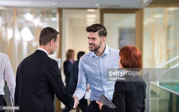 ビジネスシーンでの握手