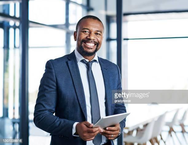 o negócio é tão bom quando você está conectado - businessman - fotografias e filmes do acervo