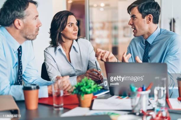 Unternehmensführer in Diskussion am Tisch