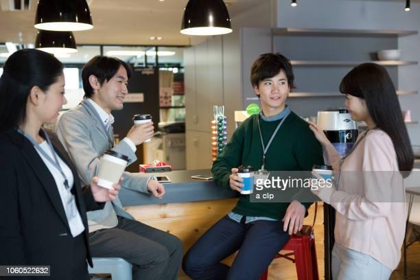 コーヒーを飲んでいるビジネス男女 - 休憩中 ストックフォトと画像