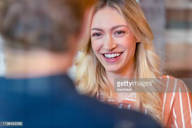 homem e mulher de negócio que têm uma conversação. - candidato - fotografias e filmes do acervo