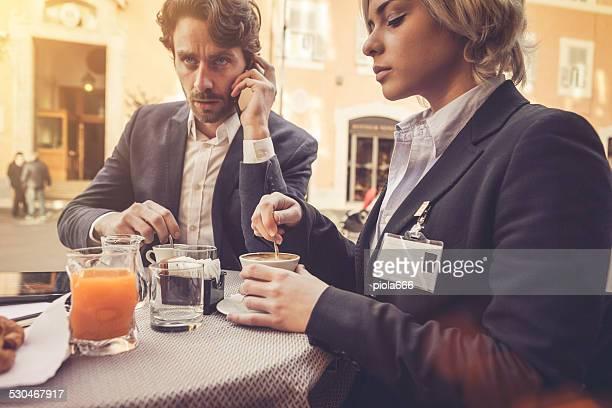 ビジネスの男性と女性の朝食