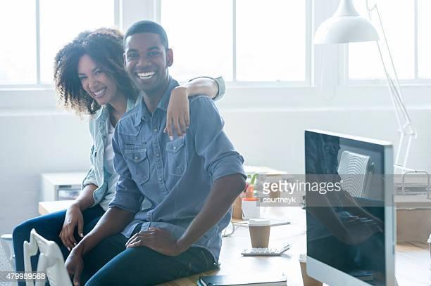 Business-Mann und Frau, die in ein Büro.