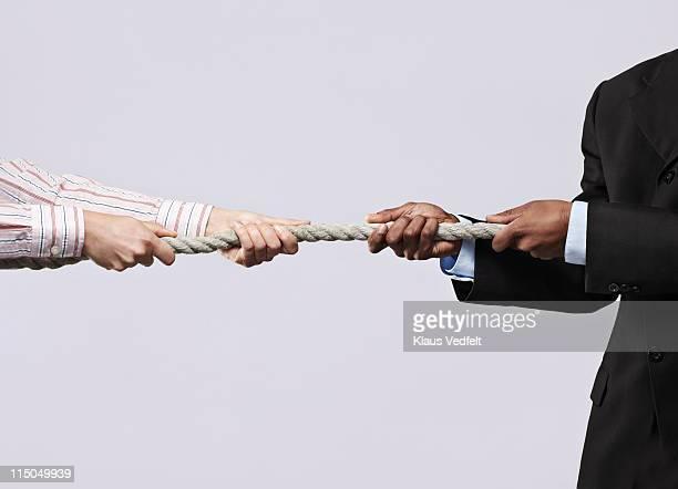 business man & business woman doing tug of war - rivalidade - fotografias e filmes do acervo