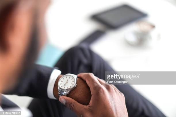 homem de negócio que verific o tempo - ver a hora - fotografias e filmes do acervo