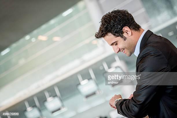 homem de negócios a verificar o tempo - ver a hora imagens e fotografias de stock