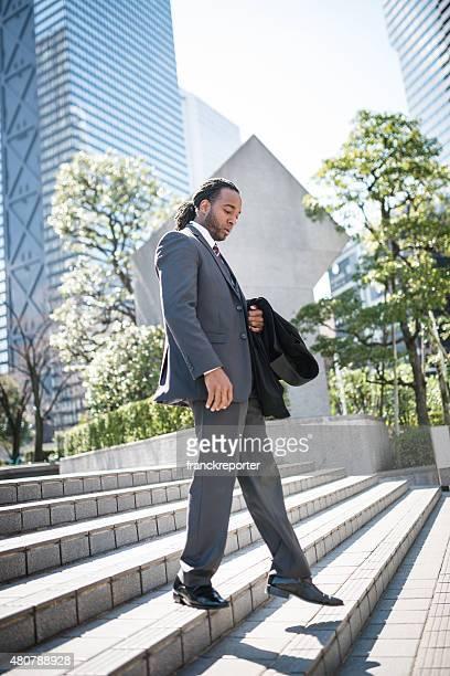 Negócios homem descendente os passos na cidade