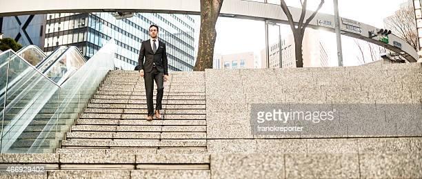 ビジネスの男性のすぐ下に、ウォールストリート