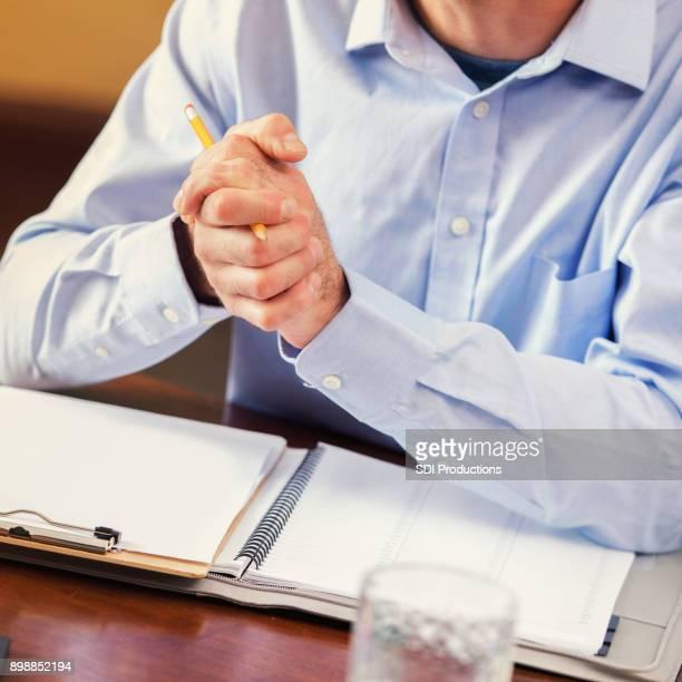 Business-Mann bespricht etwas mit client