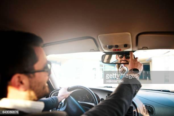 Homme d'affaires conduire la voiture