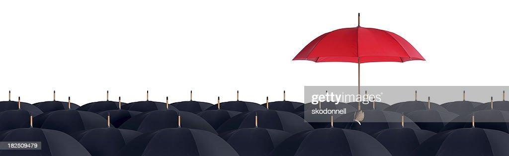 Business-Mann hält eine rote Regenschirm : Stock-Foto