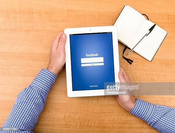 ビジネスの男性手に新しい Ipad 2 白、facebook
