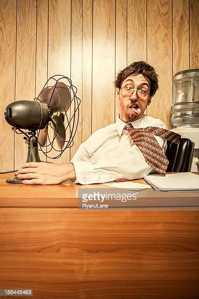 Homme d'affaires dans le bureau avec ventilateur