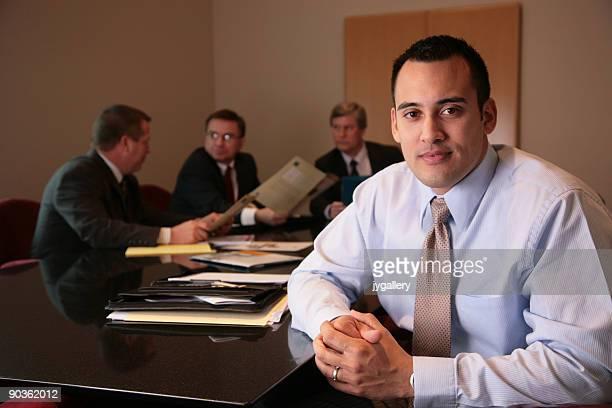 Homme d'affaires, menant son équipe au bureau