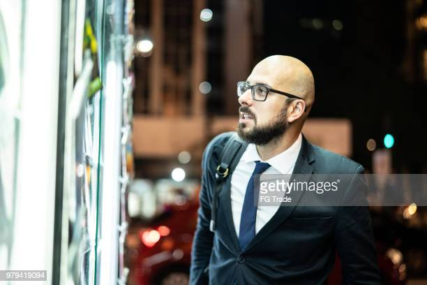 business-mann auf der suche nach den nachrichten am kiosk - one night stand stock-fotos und bilder