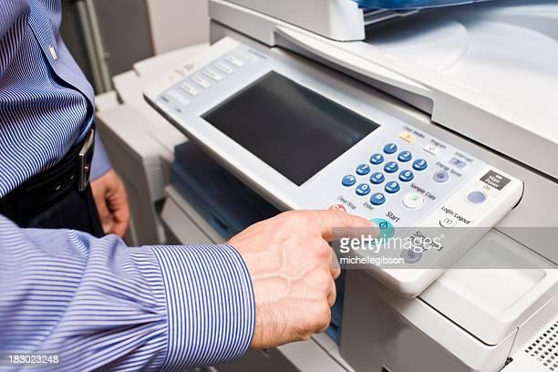 Homme d'affaires faisant une photocopie de la photocopieuse