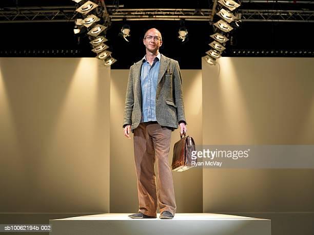 business man on catwalk, portrait - catwalk toneel stockfoto's en -beelden