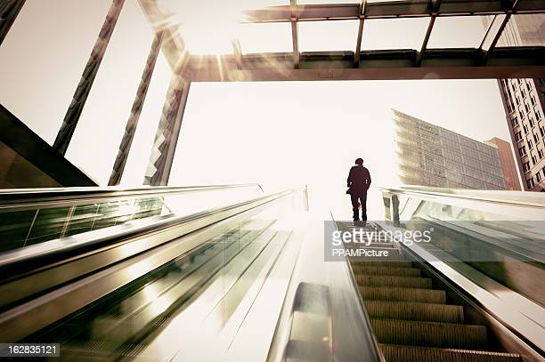 Business Mann auf der Rolltreppe